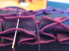 Neue Taschen gibt es momentan leider nicht so viele; irgendwie fehlt mir dazu einfach die Zeit. Deshalb -hab ich mir gedacht- könnte ich euch mal zeigen wie man Froschmäulchen (-manchmal auch Rosen…