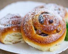 Briochettes légères roulées aux raisins secs : http://www.fourchette-et-bikini.fr/recettes/recettes-minceur/briochettes-legeres-roulees-aux-raisins-secs.html