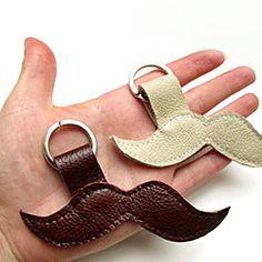 Mustache key chain DIY tutorial. It's easy! Just follow this step-by-step tutorial, con retazos de cuero o cualquier tela gruesa.