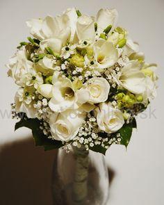 Nežná a biela svadobná kytica, remeselne vypracovaná plná vášne a lásky ku kvetom. Od Aranžérskeho štúdia Dano- www.kyticeonline.sk