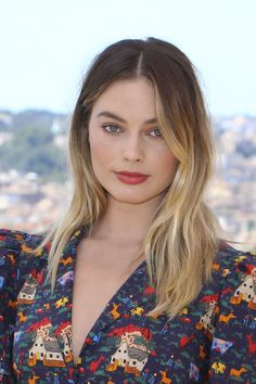 """Margot Robbie at the """"Once Upon a Time In Hollywood"""" Rome Photocall and Premiere Margot Robbie Hair, Actriz Margot Robbie, Margo Robbie, Margot Robbie Brunette, Blonde Makeup, Grown Out Blonde Hair, Close Up, Grow Out, Celebs"""