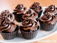 Alle sjokoladeelskere der ute - SE PÅ DETTE HER! Myke sjokoladecupcakes dekkes med nydelig sjokoladekrem og som serveres i små dessertskåler laget av mørk sjokolade. DÅN! Oppskriften gir 8 stk.