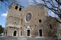Cattedrale di San Giusto- Sulle strutture di un edificio di epoca romana, nel V sec., fu eretta una chiesa a tre navate. Su di essa, alla metà dell'XI sec., fu costruita una basilica romanica dedicata alla Vergine. Contemporaneamente, o poco dopo, alla sua destra fu eretto il Sacello di S. Giusto, una piccola basilica dedicata al culto delle reliquie, di cui permangono porzioni di muratura e due delle tre absidi. La trifora sul lato destro e la cupola sono frutto di restauri degli anni '20…