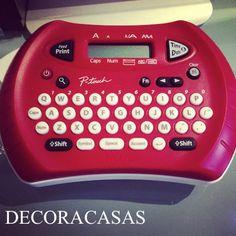 Dicas para usar a etiquetadora e organizar tudo. Flávia Ferrari mostra no DECORACASAS várias alternativas e ideias de como usar a etiquetadora eletrônica para organizar sua casa, cozinha, mantimentos, material escolar e muito mais.