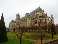 Vue de la Cathédrale Saint-Etienne de Bourges, Jardin de l'Archevêché Bourges, Monuments, Barcelona Cathedral, Berry, Centre, Louvre, Mansions, House Styles, Building
