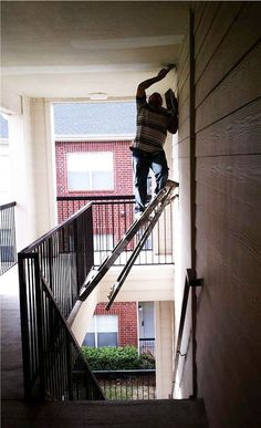 Can we say Darwin awards? Seriously, who does this? People Doing Stupid Things, Dumb People, Crazy People, Strange People, Crazy Things, Fun Things, Darwin Awards, I Love To Laugh, Funny Photos