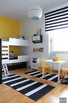 Lastenhuoneen pirteän värinen sisustus yhdistelee taidokkaasti vanhaa ja uutta.