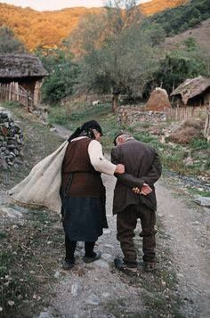 The photograph by Steve McCurry called Macedonia is a beautiful photograph of two older people helping each other up a path. People Around The World, Around The Worlds, Real People, Vivre A New York, Art Magique, World Press Photo, Elderly Couples, Afghan Girl, Picture Stand