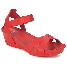 Knalliges #rot bringen diese #sandalen von @campershoes an unsere Füße. #schuhe, die ein perfektes #wochenende versprechen! #damenschuhe #sommermode Leather Sandals, Shoes Sandals, Potato Bag, Weekender, Camper, Online Bags, Huaraches, Girls Shoes, Slippers