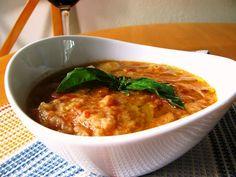 La zuppa di pane alla pugliese viene preparata affettando le cipolle per farle cuocere e a metà cottura uniremo i pomodori, prezzemolo, olio e pepe n...