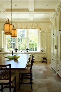 Traditional Kitchen Window Treatments Design, Pictures, Remodel, Decor and Ideas Traditional Style Kitchen Design, Traditional Interior, Floor Design, House Design, Natural Stone Flooring, Limestone Flooring, Travertine Tile, Cocinas Kitchen, Kitchen Window Treatments