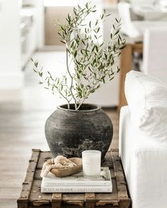 Our Favorites from the feed - greige design Coffee Table Styling, Decorating Coffee Tables, Side Table Styling, Side Table Decor, Olivier En Pot, Decorating Tips, Interior Decorating, Apartment Decoration, Sweet Home