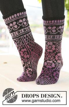 """DROPS sokker med mønster i """"Delight"""" og """"Fabel"""". Drops Design, Fair Isle Knitting Patterns, Crochet Patterns, Knitting Socks, Free Knitting, Mitten Gloves, Print Patterns, Knit Crochet, Socks"""