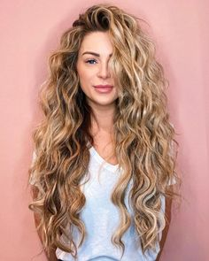 Blonde Highlights With Lowlights, Blonde Highlights Curly Hair, Warm Blonde Hair, Brown Curly Hair, Peekaboo Highlights, Purple Highlights, Chunky Highlights, Natural Curly Hair, Blonde Curly Hair Natural
