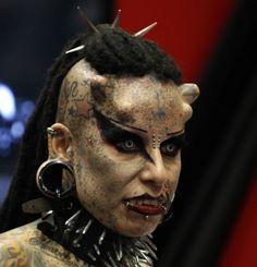 23-Maria Jose Cisterna, tatuadora e artista performática mexicana, conhecida mundialmente como 'Mulher Vampiro'