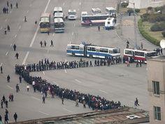 """""""Filas são quase um esporte na Coréia do Norte. Está é uma fila de espera para entrar num ônibus, num dia normal de trabalho"""" (Foto: Eric Lafforgue)"""