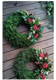 Beautiful memorial decorations for Christmas - 17 ideas: Just a few twigs and instead of artificial wreaths you have such beauty! Diy Christmas Videos, Christmas Home, Christmas Holidays, Christmas Crafts, Christmas Gift Decorations, Holiday Decor, Cemetery Decorations, Christmas Flowers, Funeral Flowers