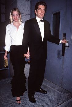 """New York City John Kennedy Jr And Wife Carolyn Bessette Returning Home From """"Brite Nite Whitney"""" Kick-Off Party Get premium, high resolution news photos at Getty Images John Kennedy Jr, Carolyn Bessette Kennedy, Les Kennedy, Jfk Jr, John John, Birthday Fashion, Stylish Couple, 90s Fashion, Fashion Trends"""