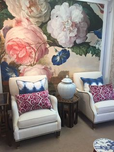 Love the large scale floral wallpaper! Large Floral Wallpaper, Plain Wallpaper, Botanical Wallpaper, Striped Wallpaper, Geometric Wallpaper, New Wallpaper Iphone, Home Wallpaper, Bedroom Wallpaper, Wallpaper Ideas