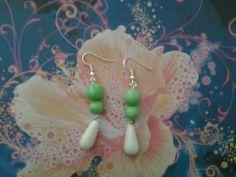 Boucles d'oreilles perle verte et blanche en pâte fimo, fait main : Boucles d'oreille par s-et-s-creations