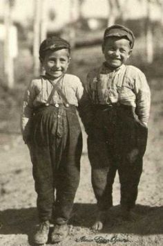 İstanbul çocukları - kids of Istanbul (National Geographics) Old Pictures, Old Photos, Vintage Photographs, Vintage Photos, Antique Photos, Istanbul, Turkey History, Turkey Photos, History Page