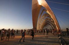 """Luz é refletida no """"Templo da Promessa"""", durante o """"Burning Man 2015: Carnaval de Espelhos"""", festival de música e arte que acontece…"""