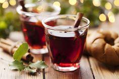 El Glogg Este es un vino caliente especiado muy típico de Suecia que se bebe en los meses fríos. Podemos ponerlo en práctica en la época de navidad y acompañarlo con frutos secos, galletas de jenjibre o bollitos de canela. En una cacerola debemos verter un litro de vino blanco o tinto y calentarlo a 60º-70ºC junto a rodajitas de naranja, canela en rama, clavo de olor,  mil o azúcar y cardamomo.