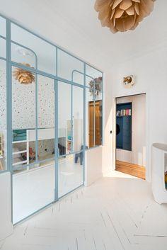 Appartement Paris 6 : un 100 haussmannien remodelé - Dachboden Loft Door, Decoracion Vintage Chic, Romantic Bedroom Decor, Interior Architecture, Interior Design, Kids Bedroom Furniture, White Furniture, Paris Apartments, Bedroom Loft