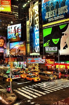 The Ultimate New York Theatre Guide - Our Broadway guide covers everything you need to know when catching a Broadway show in NYC: what show to see, where to sit, what to wear, and even where to go for your pre-show meal! New York Trip, New York City, New York Travel, New York Shopping, Shopping Shopping, Broadway Nyc, Broadway Wicked, Broadway Plays, Musicals Broadway