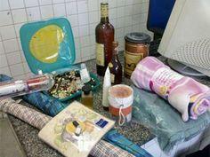Dois jovens são presos suspeitos de arrombar casa de idosa no Recife  Eles foram encontrados com os pertences da vítima.  PM diz que rapazes fariam pequenos furtos para sustentar o vício no crack.  - Dois jovens foram presos na madrugada desta sexta-feira (24) suspeitos de arrombar a casa de uma senhora de 72 anos, na Rua 31 de Março, no bairro do Ipsep, Zona Norte do Recife. A ação aconteceu por volta das 3h da manhã. De acordo com a Polícia Militar (PM), os rapazes também são suspeitos…