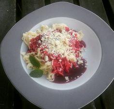Grieß-Spaghetti-Eis  Mal eine andere Variante Grießbrei zu genießen. Ein Spaß für Kinder. Einfach den Grießbrei fester kochen, ab durch eine Kartoffelpresse, Himbeersauce dazu und geraspelte weiße Schokolade, fertig ist das Fake Dessert... Probiert es mal aus...
