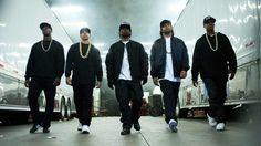 """""""Straight Outta Compton"""" är filmen om N.W.A, från stadsdelen Compton i Los Angeles. Bandet, som startades i mitten av 1980-talet, var en av de första hip hop-grupperna. Eazy-E, Dr. Dre och Ice Cube var förgrundsgestalterna. Mest intressant blir det när filmen tar upp Los Angeles-polisens systematiska rasism mot afroamerikaner. Läs vår recension!"""