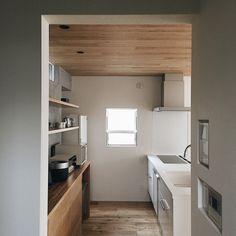 本当に必要なモノ達と暮らす〜余白のある空間づくりが快適さを生み出す家___omalさんのおうちを探索! | ムクリ[mukuri] Kitchen Decor, House, Kitchen Interior, Interior Decorating, Wood Wallpaper, Interior, Natural Interior, Home Decor, Room Goals