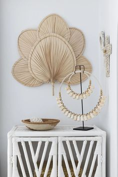 Looking for a statement piece for your wall? Our Palm Fan Wall Hanging is just that. A great alternative to framed prints, adding both interest and texture to an otherwise boring wall. Made from real dried palm fronds, so each piece is one of a kind and organic in shape. . #palmwallart #leafwallhanging #bohowallart #modernbohostyle #gypsetstyle #australianinteriors Bali Decor, Bohemian Wall Decor, Baskets On Wall, Wall Basket, Wall Fans, Boho Chic, Home Decor Items, Decoration, Room Decor