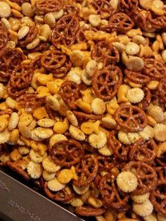 I wanted to give a special little gift this year to friends and family, but couldn't find just what I had in mind until. Oyster Cracker Snack, Seasoned Oyster Crackers, Seasoned Pretzels, Ranch Snack Mix Recipe, Snack Mix Recipes, Cooking Recipes, Yummy Appetizers, Appetizer Recipes, Puppy Chow Recipes