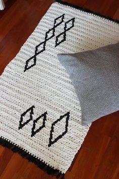 Pirjon kädenjälkiä: a little rug made of t-shirt yarn and two old black t-shirts of mine. Crochet Fabric, Fabric Yarn, Tapestry Crochet, Crochet Home, Crochet Doilies, Crochet Patterns, Basket Decoration, Jute Rug, Natural Rug