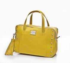 """""""Greta""""en amarillo con tachuelas doradas 100% look primaveral."""
