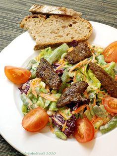 Pfeffrige Hühnerleber auf Salat mit Gorgonzola-Dressing