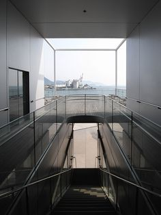 No.245-2 広島市環境局中工場 谷口吉生建築設計研究所 広島市南区 2004年 http://ja.wikipedia.org/wiki/%E8%B0%B7%E5%8F%A3%E5%90%89%E7%94%9F エコリウムと名づけられた建物を貫く公共通路からの眺め。美しいけど認知度も低いのか誰もいない。