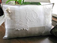 UnTrucEnPlus * cet article n'est plus disponible Shabby Chic Pillows, Linen Pillows, Embroidery Monogram, White Embroidery, Decoration Shabby, Christmas Cushions, Patchwork Pillow, Handmade Cushions, Vintage Textiles