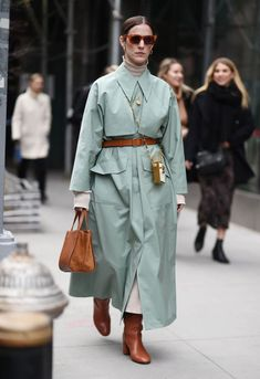 Men street styles 842313936535937385 - image Source by Warm Outfits, Winter Outfits, Trench Coat Outfit, Dope Fashion, Street Chic, Men Street, Mode Inspiration, Mode Style, Women's Fashion Dresses