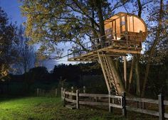 How to Build a tree house at Backyard. DIY tree house or play house step by step. Dozen of new design and ideas. Beautiful Tree Houses, Cool Tree Houses, Beautiful Homes, House Beautiful, Beautiful Beautiful, Amazing Houses, Modern Tree House, Tree House Plans, Tree House Designs