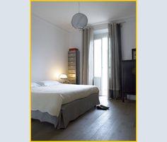 Nella camera da letto, accanto alla porta finestra, un armadietto cinese laccato nero e una cassettiera da ufficio usata come scarpiera
