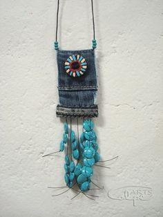 Pieza original realizada con tela vaquera, botón pintado a mano y otros complementos. http://calpearts.blogspot.com.es/p/colgantes.html