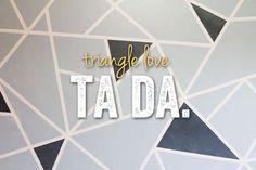 Pared pintada con triángulos