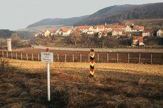 Auf dem Grenzstreifen bei Asbach im damaligen DDR-Bezirk Erfurt ... Ddr Brd, The Future Is Now, East Germany, Berlin Wall, Central Europe, New City, Cold War, Me On A Map, Frankfurt