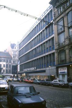 159L19110287 Stiftgasse, Blick Richtung Mariahilfer Strasse, rechts Kaufhaus Herzmansky.jpg