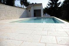sol de terrasse en pierre idéal autour d'une piscine