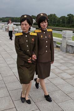 North_Korea_-_Woman_soldiers_(5015838290).jpg (1280×1920)