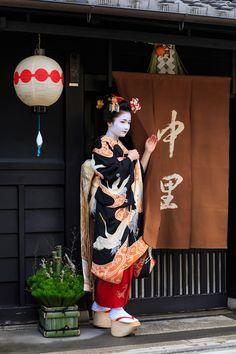 Shigyoshiki 2016 with…The beautiful maiko Naoai! (Source)